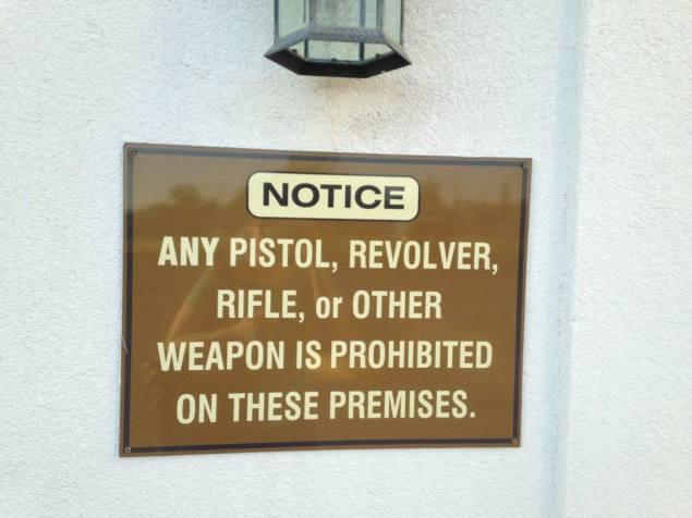 panneau à l'entrée de l'hotel mais également dans la plupart des lieux publics